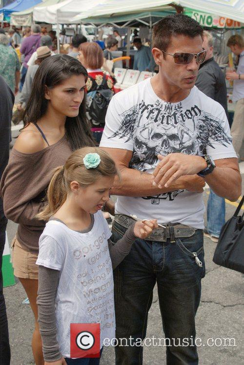 Lorenzo Lamas shares a food sample with daughter...