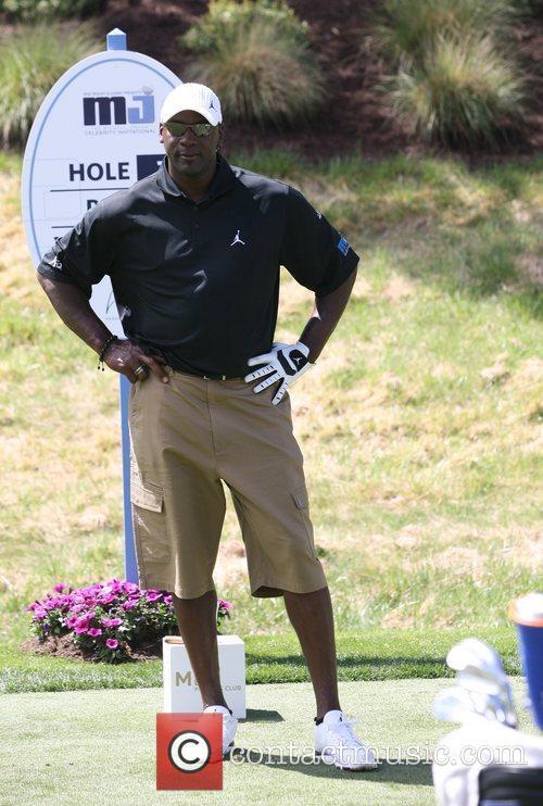 Michael Jordan winning a side bet @ Celeb Golf Tournament ...