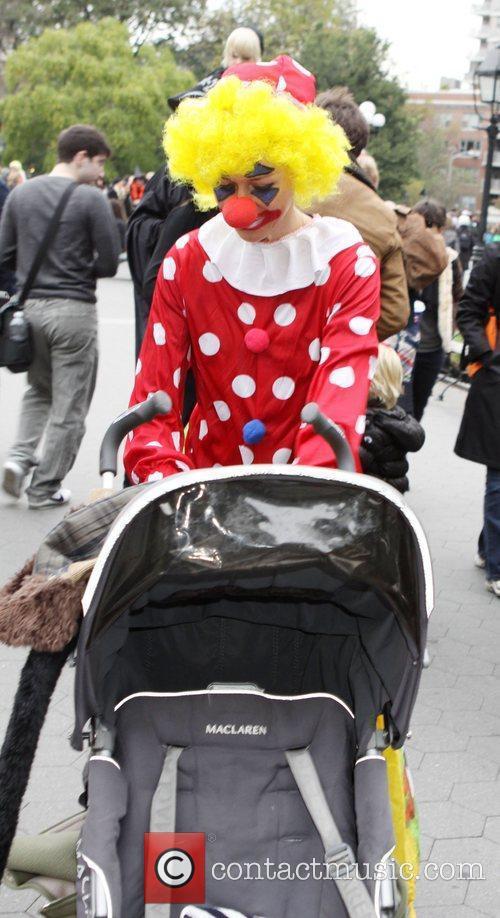 Naomi Watts  walking in Washington Square Park,...