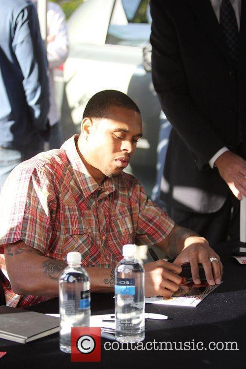 LA Lakers star Shannon Brown signing autographs T-Mobile...