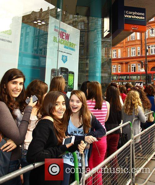 Atmosphere - Fans 'One Direction' at a phone...