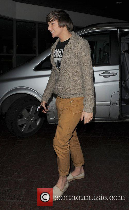 Louis Tomilnson from boyband One Direction leaving a...