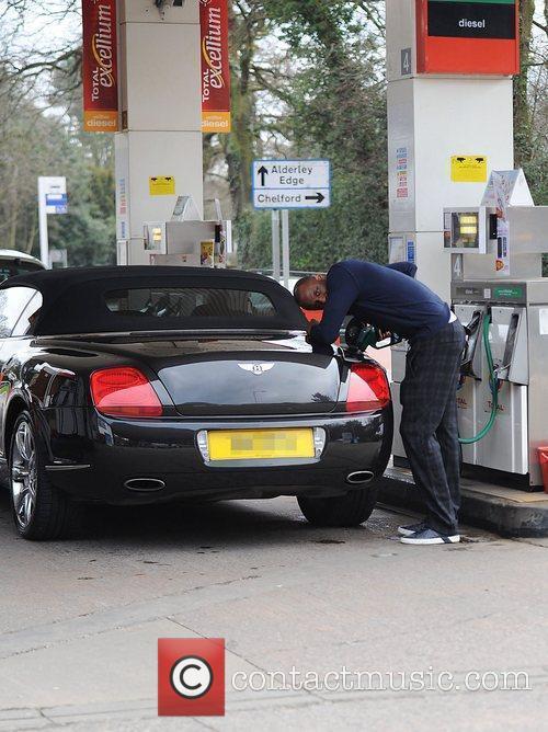 Patrick vieira fills his bentley with petrol at a garage for Garage patrick auto meyzieu