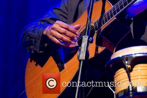 Raul Midon performing live at TMN ao vivo...