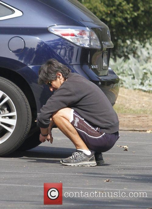 ray romano preparing himself before taking a 3568698