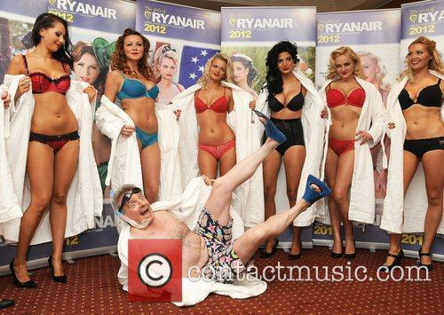 michael oleary and ryanair female cabin crew 3588508