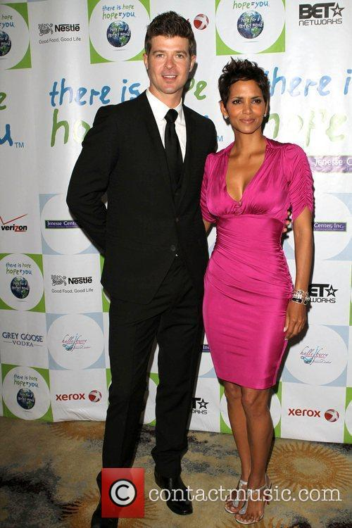 Robin Thicke and Halle Berry 1