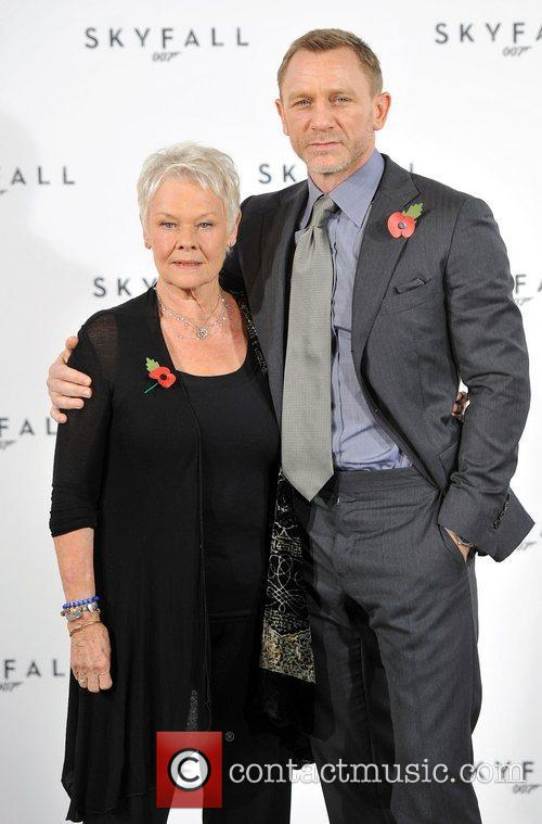 Daniel Craig and Judi Dench 7