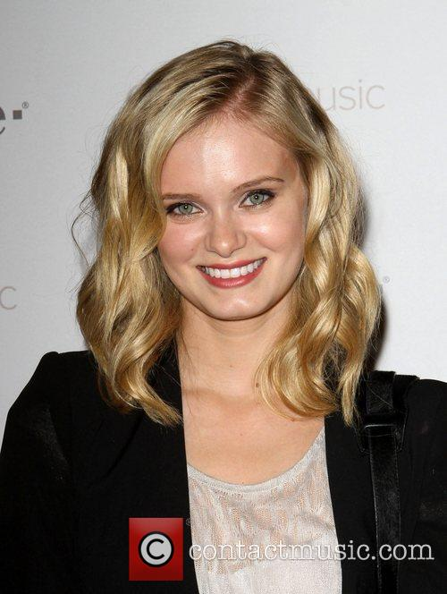 Sara Paxton Celebrity Magenta Carpet Arrivals At The...