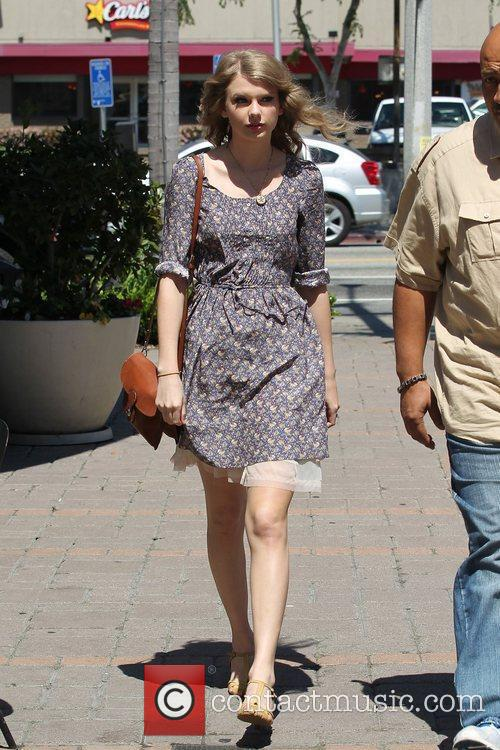 taylor swift after shopping at anthropology in beverly hills 21 pictures. Black Bedroom Furniture Sets. Home Design Ideas