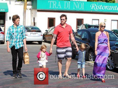 Tori Spelling and Dean Mcdermott 5