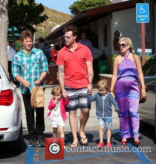 Tori Spelling and Dean McDermott 16