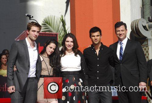 Robert Pattinson, Jimmy Kimmel, Kristen Stewart, Stephenie Meyer, Taylor Lautner and Grauman's Chinese Theatre 1