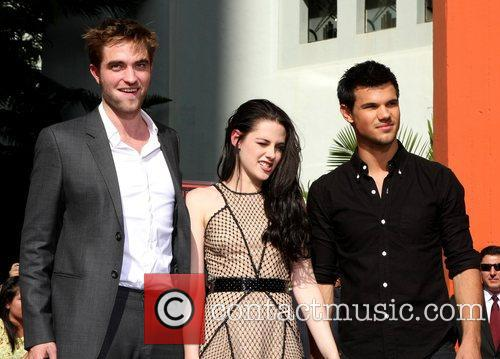 Robert Pattinson, Kristen Stewart, Taylor Lautner and Grauman's Chinese Theatre 8