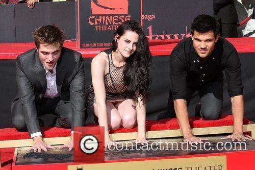Robert Pattinson, Kristen Stewart, Taylor Lautner and Grauman's Chinese Theatre 5