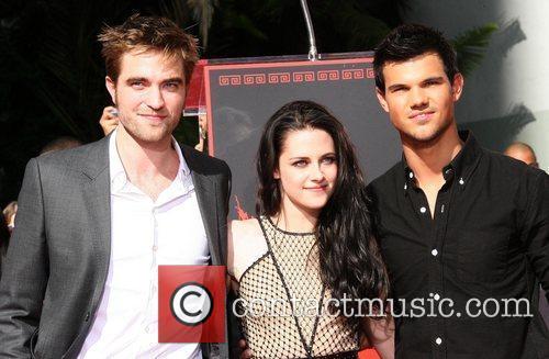 Robert Pattinson, Kristen Stewart, Taylor Lautner and Grauman's Chinese Theatre 8