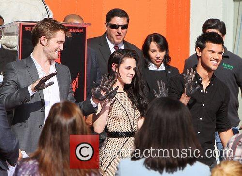 Robert Pattinson, Kristen Stewart, Taylor Lautner and Grauman's Chinese Theatre 18