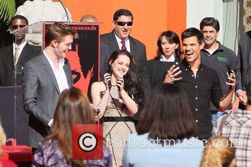 Robert Pattinson, Kristen Stewart, Taylor Lautner and Grauman's Chinese Theatre 15