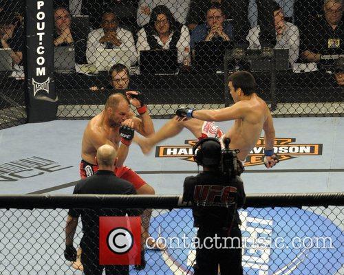 Lyoto Machida vs Randy Couture  UFC 129...