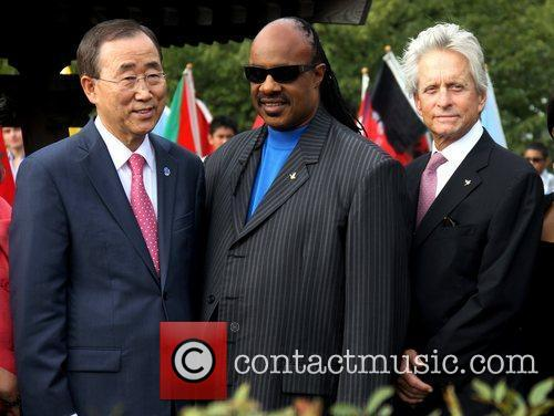 Stevie Wonder and Michael Douglas 1