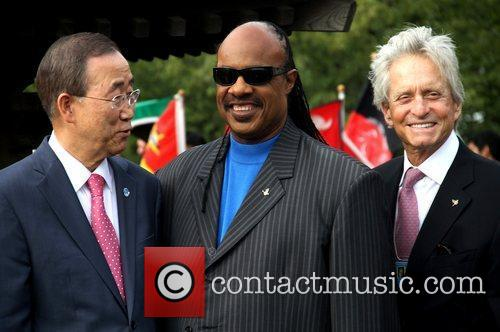 Stevie Wonder and Michael Douglas 2