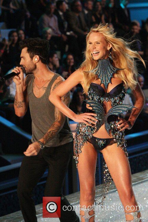 Adam Levine, Maroon 5 and Victoria's Secret 2