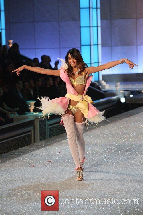 Model and Victoria's Secret 5