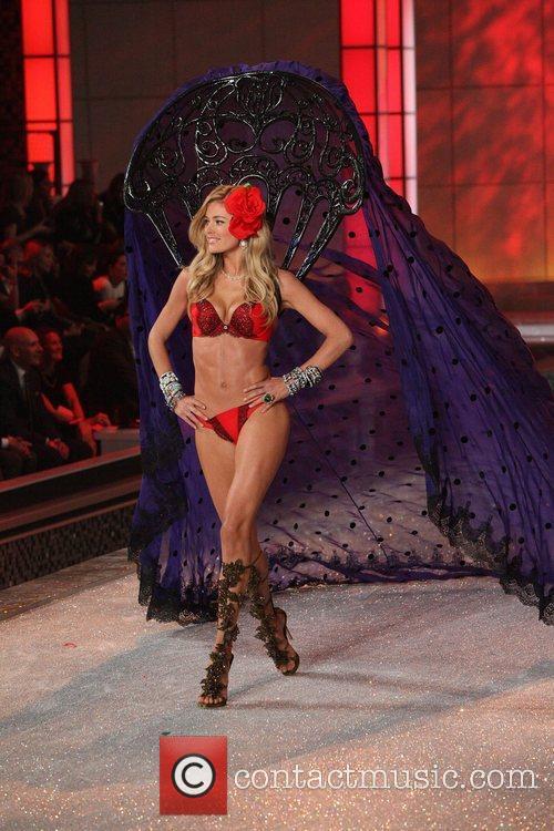 Model and Victoria's Secret 1