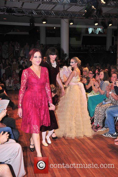 Pearl, Daisy and Betty Lowe unveil Pearl Lowe...
