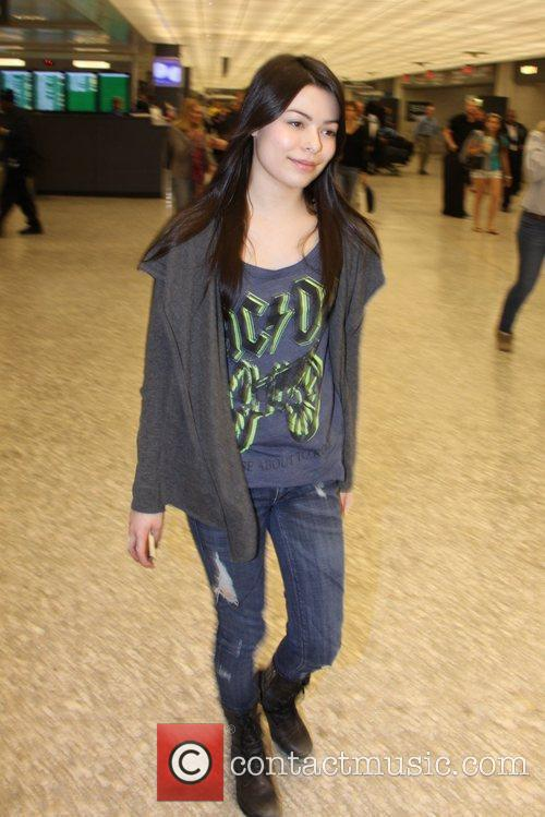Miranda Cosgrove at Washington Dulles airport