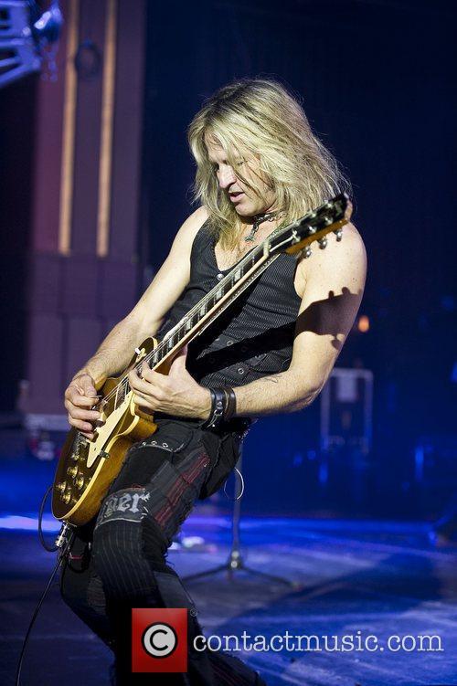 Doug Aldrich performing with Whitesnake at the HMV...
