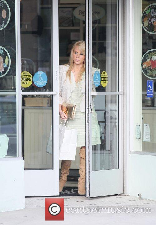 Jaimie Hilfiger leaving Magnolia Bakery after buying some...