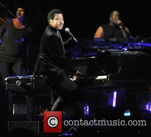 lionel richie performing live in concert at 20023125