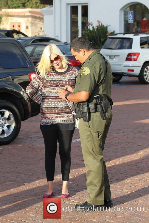 tori spelling chats to a guard after 3732021