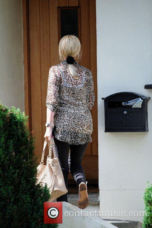 Arrives at her daughter, Chantelle Houghton's house