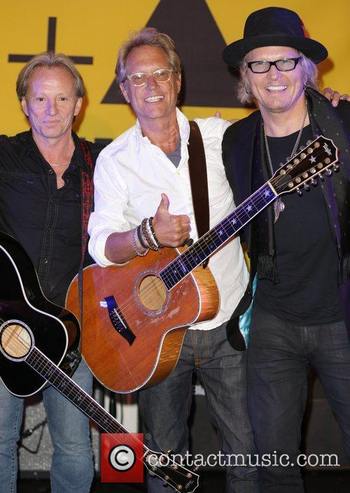 Dewey Bunnell, Gerry Beckley and Matt Sorum