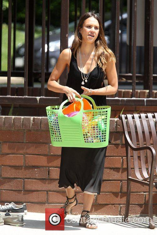 jessica alba spending time with her family 5888937
