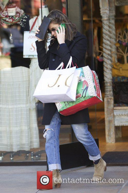 Amanda Peet  treats her daughter Molly to...