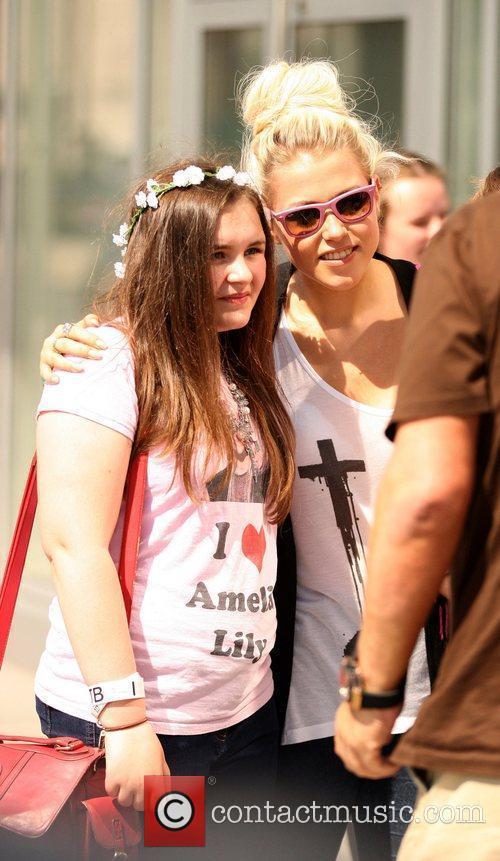 amelia lily meets fans outside juice fm 4026558