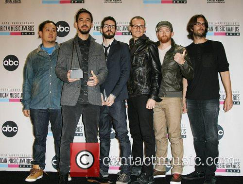 Musicians Joe Hahn, Mike Shinoda, Brad Delson, Chester Bennington, Dave Farrell, Rob Bourdon and Linkin Park 1