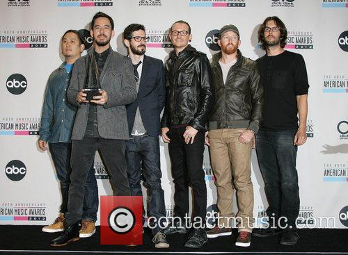 Musicians Joe Hahn, Mike Shinoda, Brad Delson, Chester Bennington, Dave Farrell, Rob Bourdon and Linkin Park 2