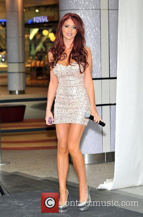 Amy Childs launches Samsung's new range of SMART...