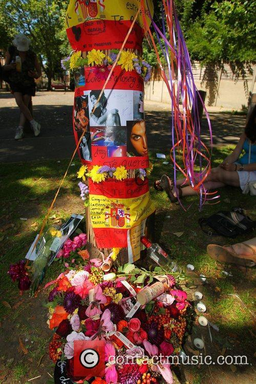 tributes outside amy winehouses house in camden 4003320