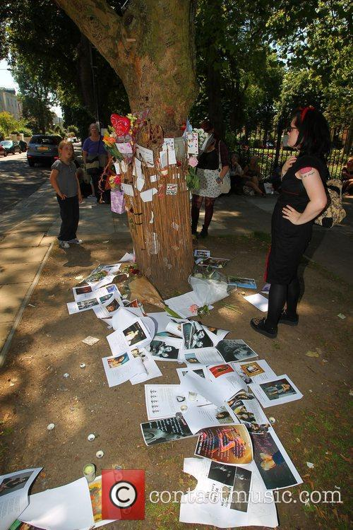 tributes outside amy winehouses house in camden 4003328