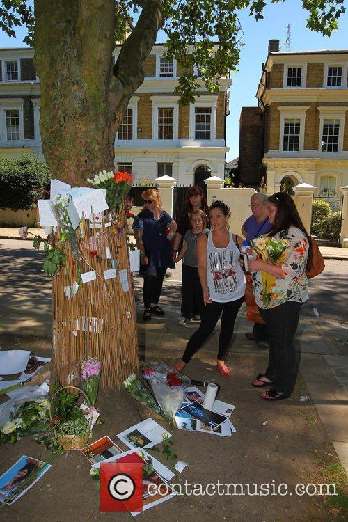 tributes outside amy winehouses house in camden 4003331