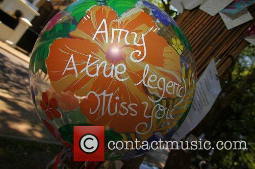 tributes outside amy winehouses house in camden 4003335
