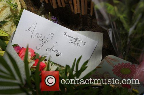 tributes outside amy winehouses house in camden 4003337