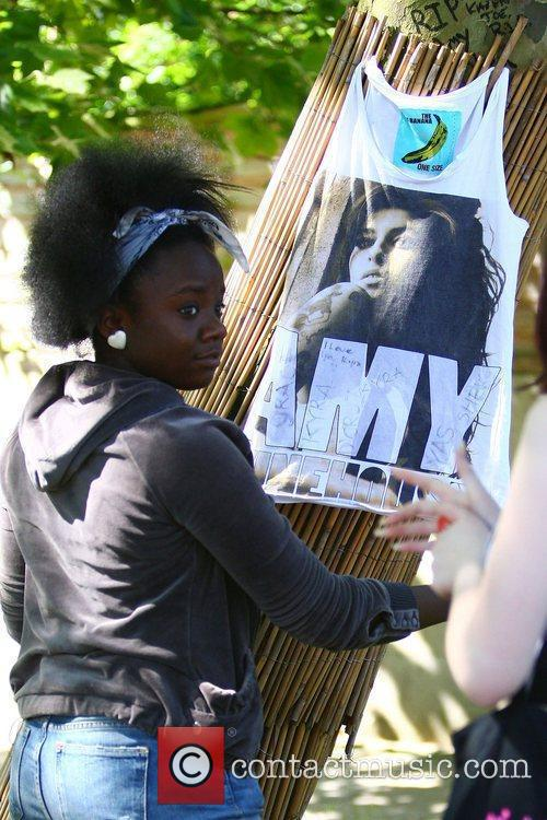 tributes outside amy winehouses house in camden 4003372