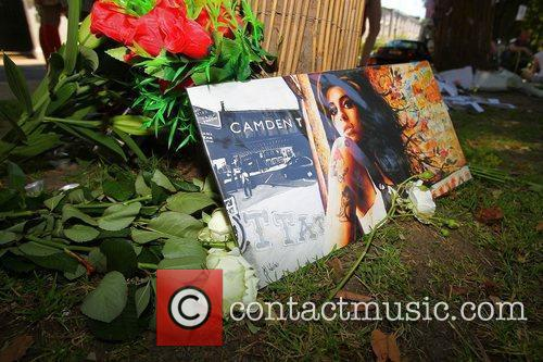 tributes outside amy winehouses house in camden 4003374