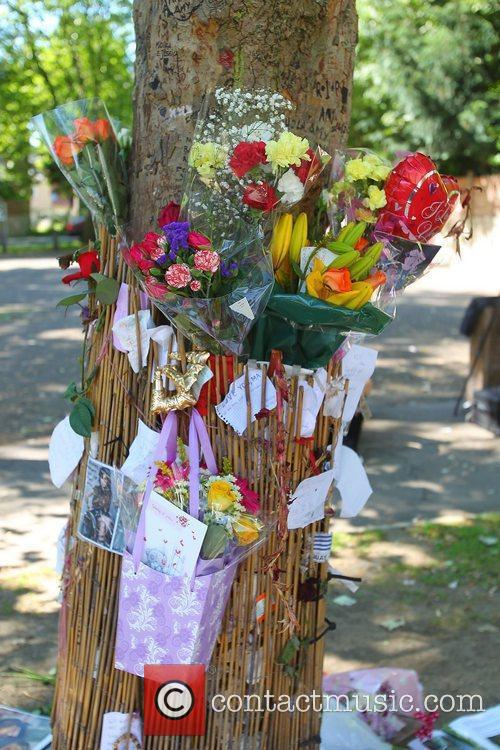 tributes outside amy winehouses house in camden 4003388